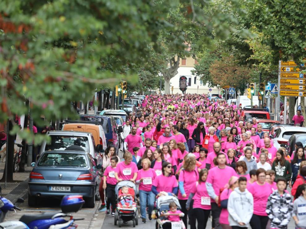 La carrera contra el cáncer ha congregado a 4.000 oscenses de todas las edades.