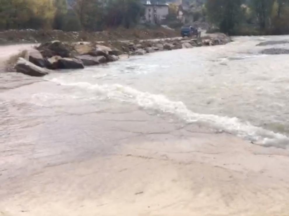 La crecida del río Ara ha cubierto el paso sobre el río de acceso a Jánovas.