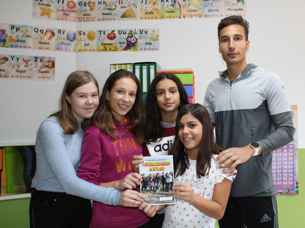 El profesor Javier Tarazona con algunas de las alumnas que participaron en el proyecto.