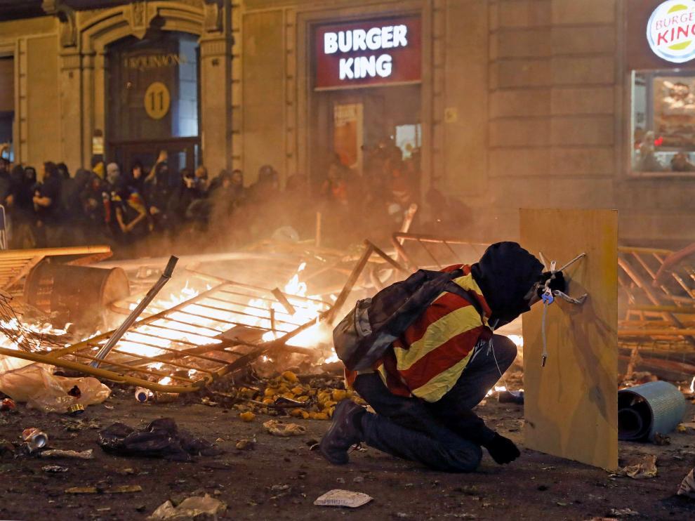 Imagen de uno de los radicales que han protagonizado actos vandálicos en las calles de Barcelona