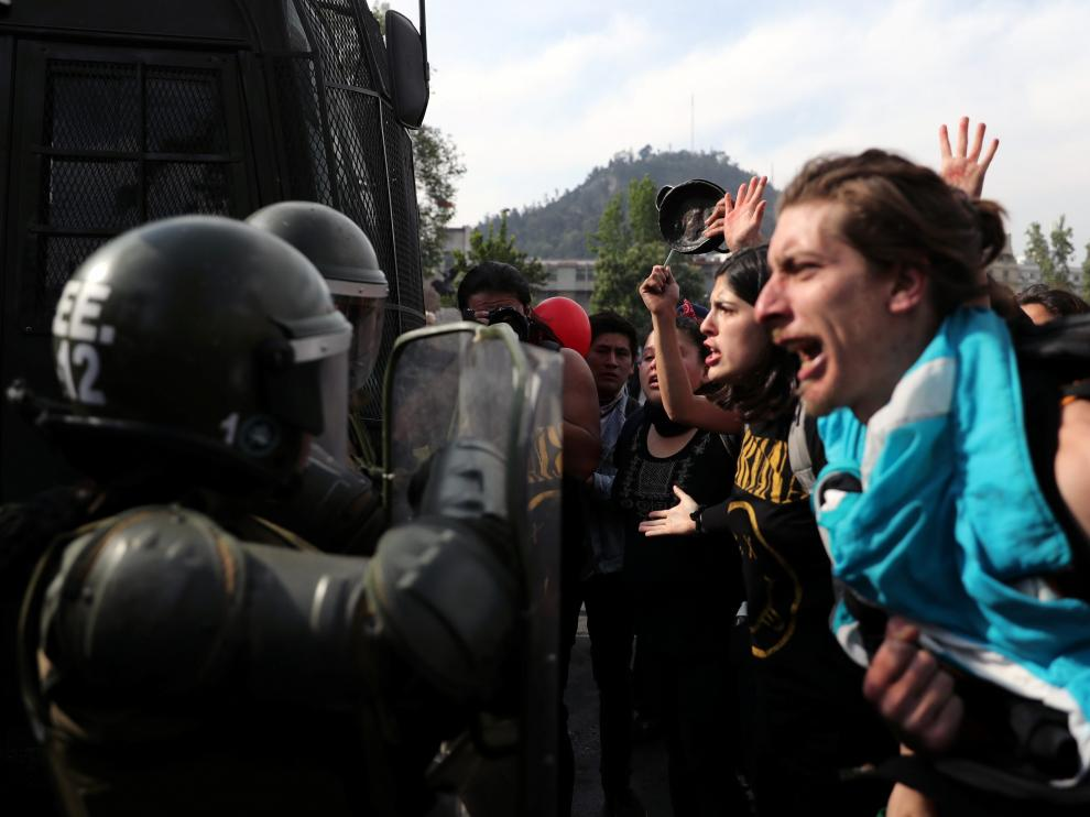 Un grupo de manifestantes se enfrentan a militares en Santiago de Chile