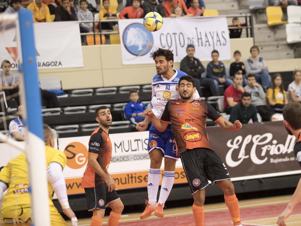 Una acción del partido entre el Fútbol Emotion Zaragoza y el Aspil Jumpers Ribera Navarra en el pabellón Siglo XXI