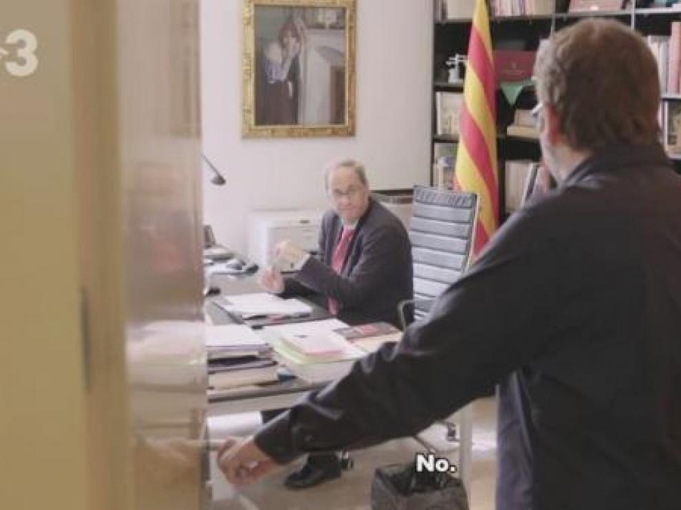 Imagen del vídeo difundido por TV3 en el que Quim Torra teatraliza su intento de llamada a Pedro Sánchez. TVE3/TWITTER