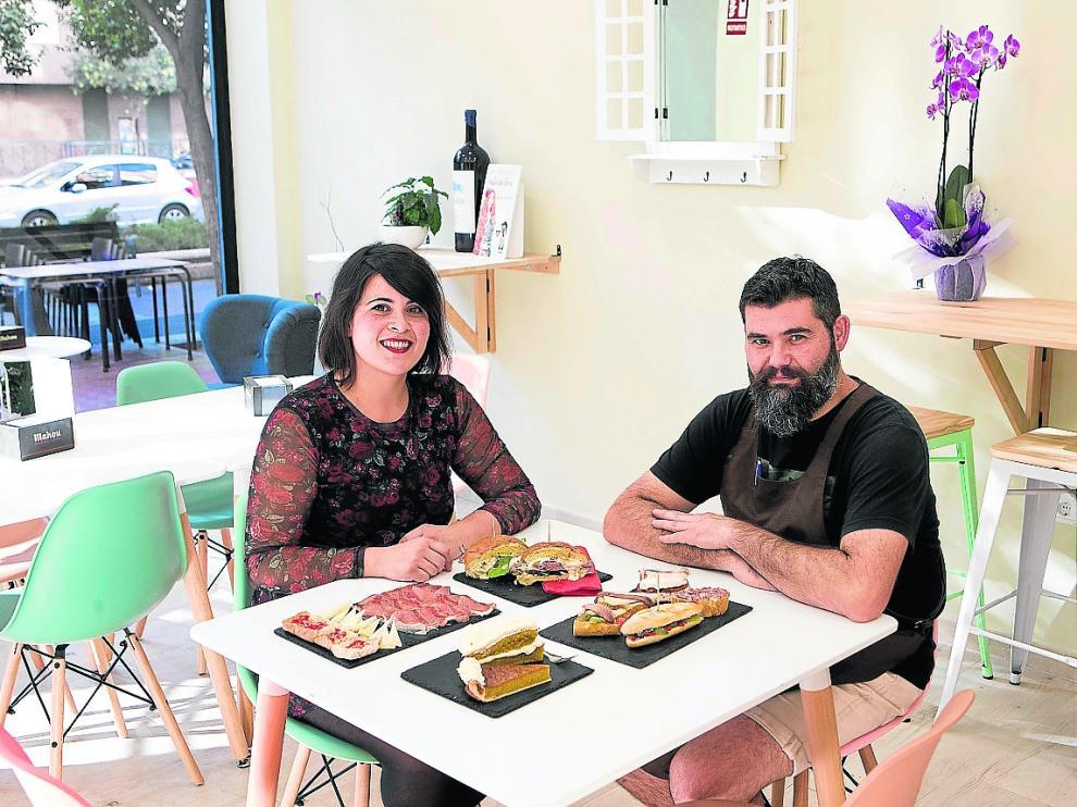 Aina Bachiller y Fran Romero, con algunas especialidades del gastrobar Del Fico.