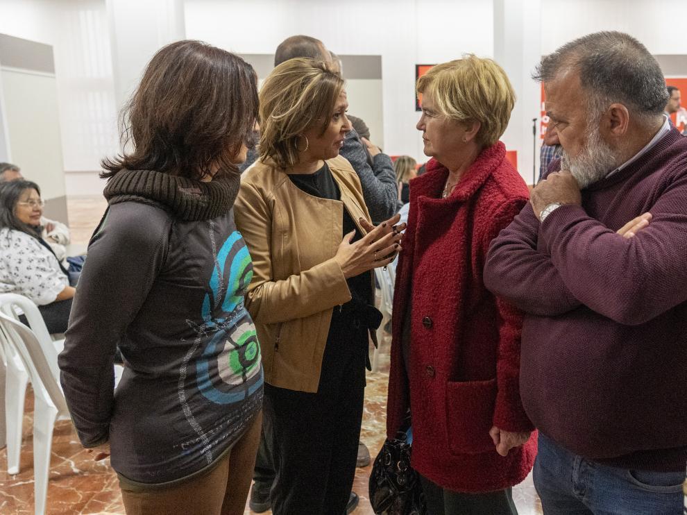 La excomisionada contra la despoblación, Isaura Leal, conversa con la secretaria general del PSOE turolense, Mayte Pérez.