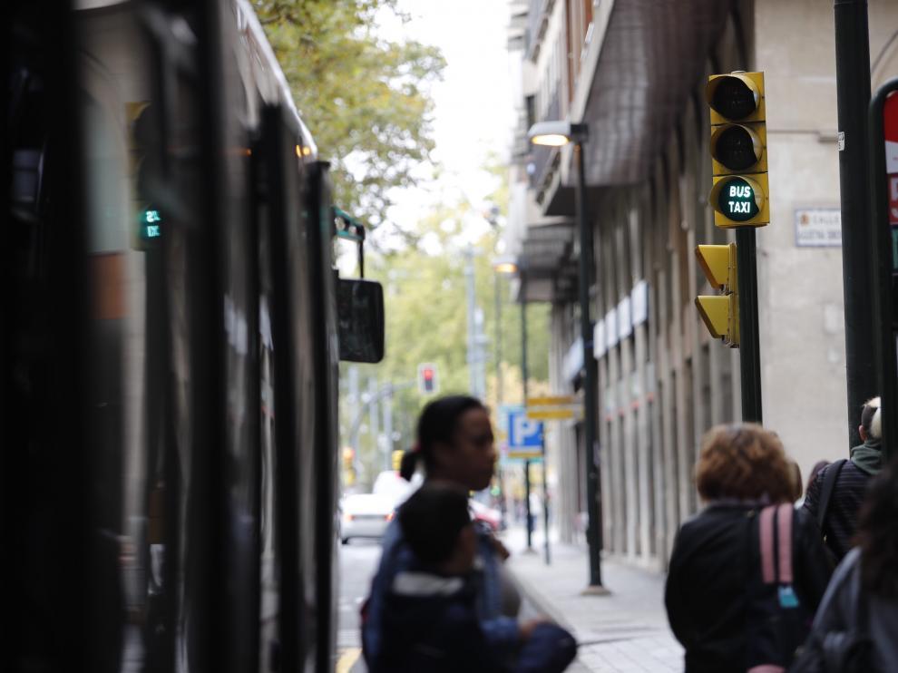 El primer semáforo específico para el transporte público, en el paseo de la Constitución