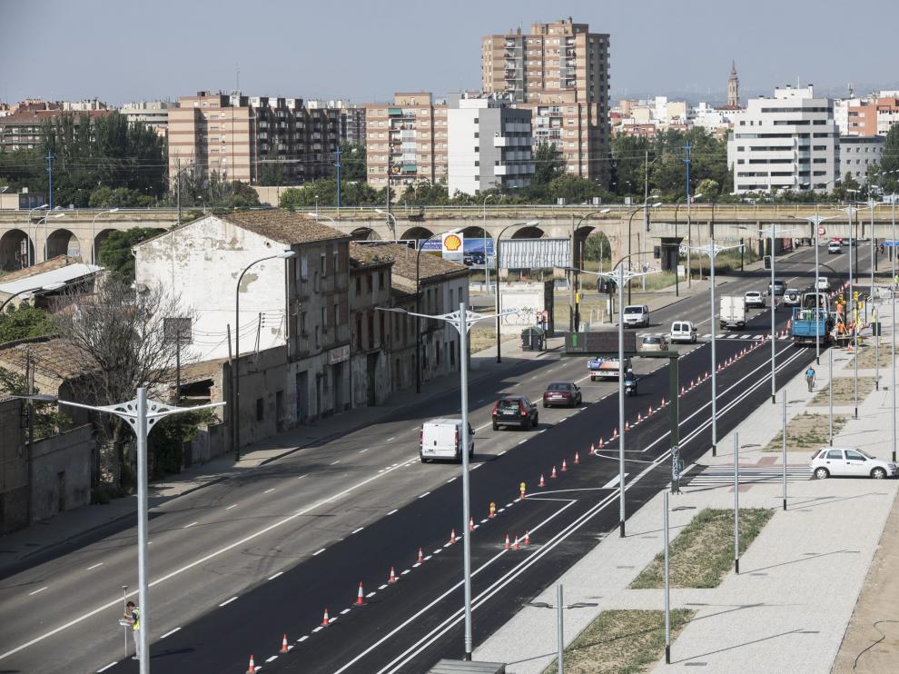Un tramo de la acera a la derecha de la avenida Cataluña está reformada mientras que la parte izquierda sigue sin reformar.