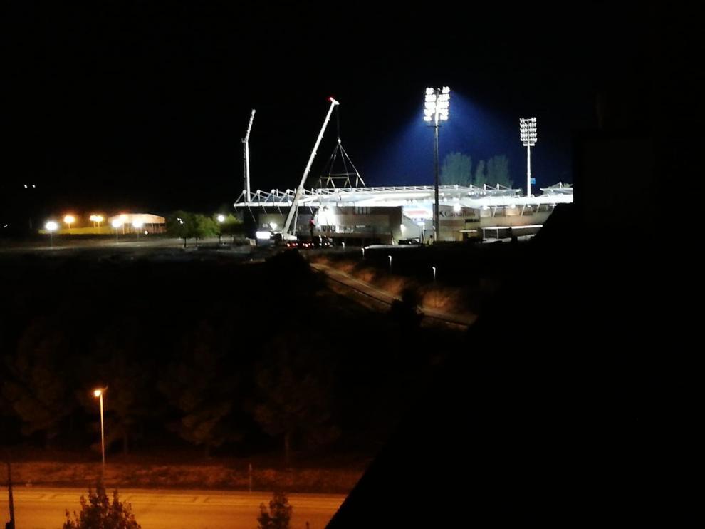 Trabajos de instalación de la cubierta de Gol Sur el lunes por la noche.
