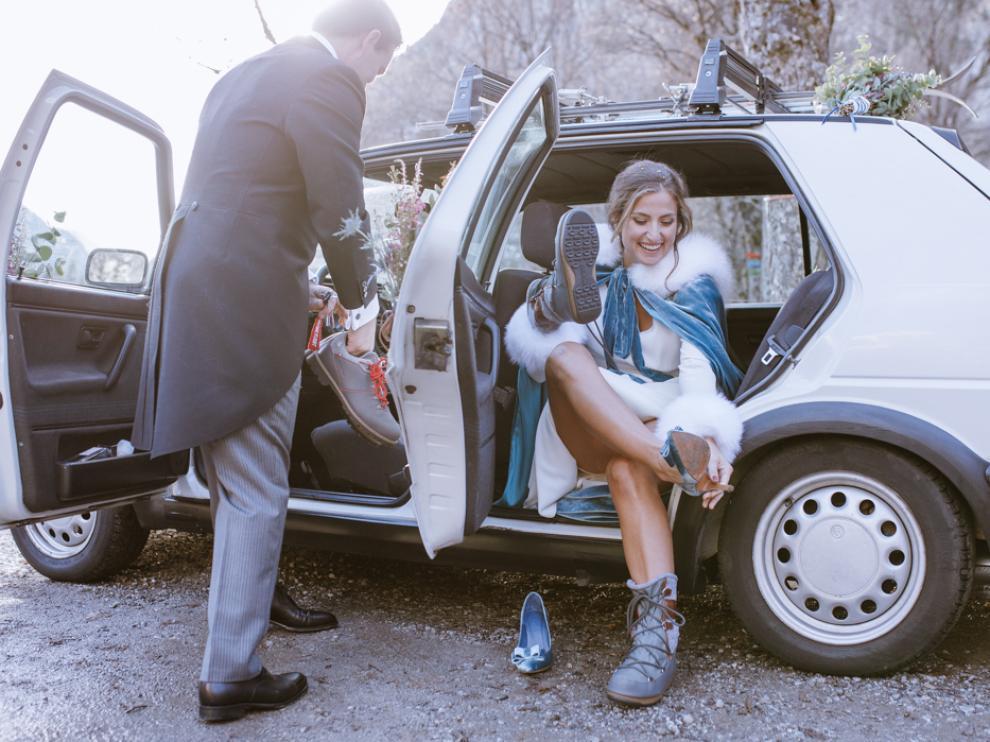 Novia captada por los fotógrafos de Fotocracia cambiándose el calzado en el gran día