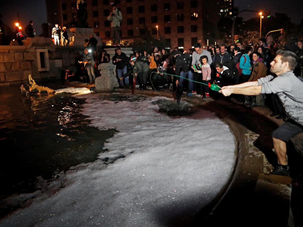 Los manifestantes han lanzado lavavajillas a la fuente a modo de protesta