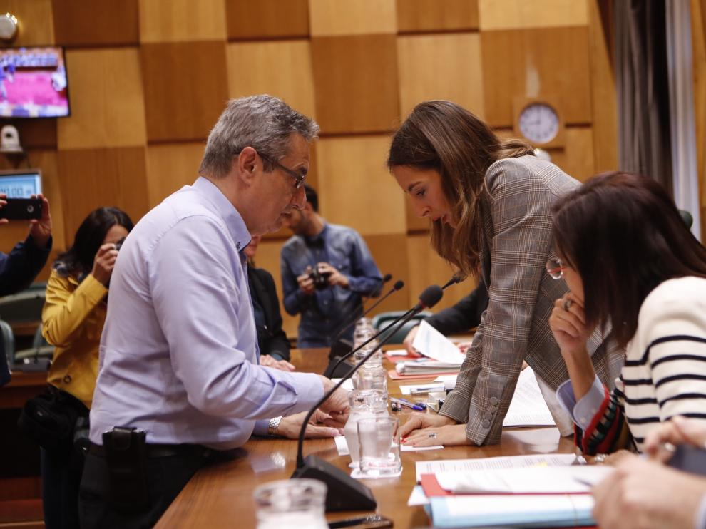 El portavoz de Vox, Julio Calvo, conversa con la concejal de Hacienda, María Navarro, este martes,