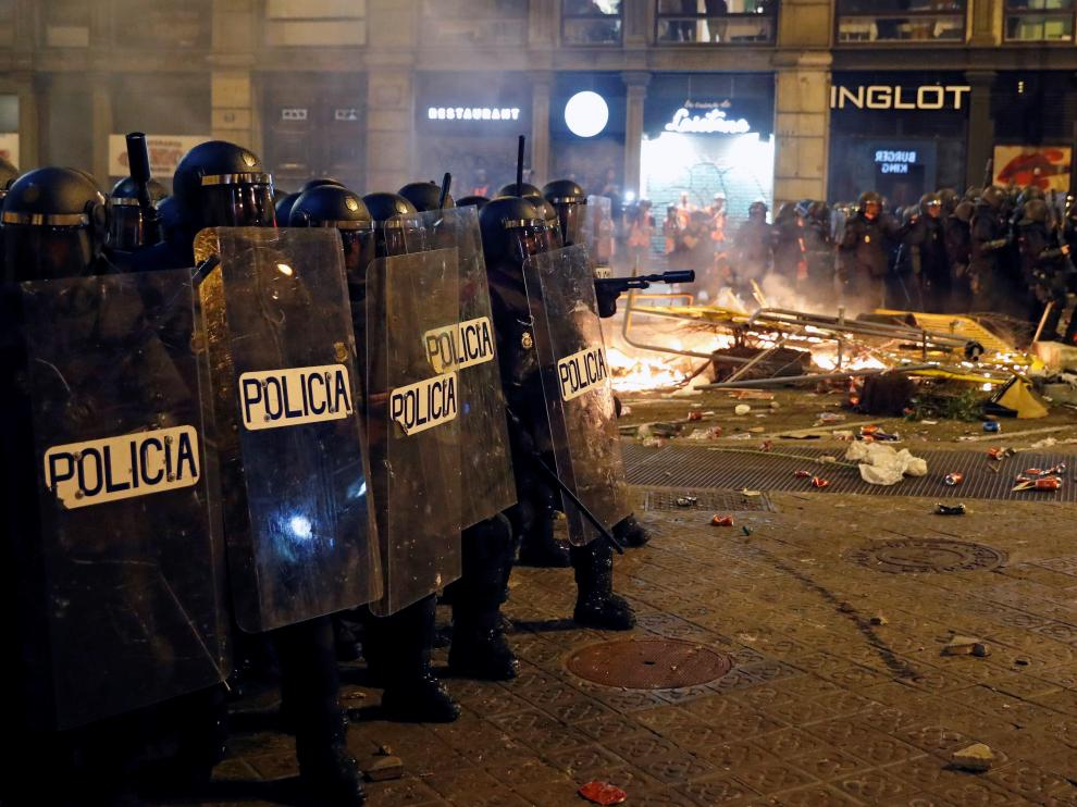 Policías antidisturbios, durante los incidentes del pasado viernes en Cataluña.