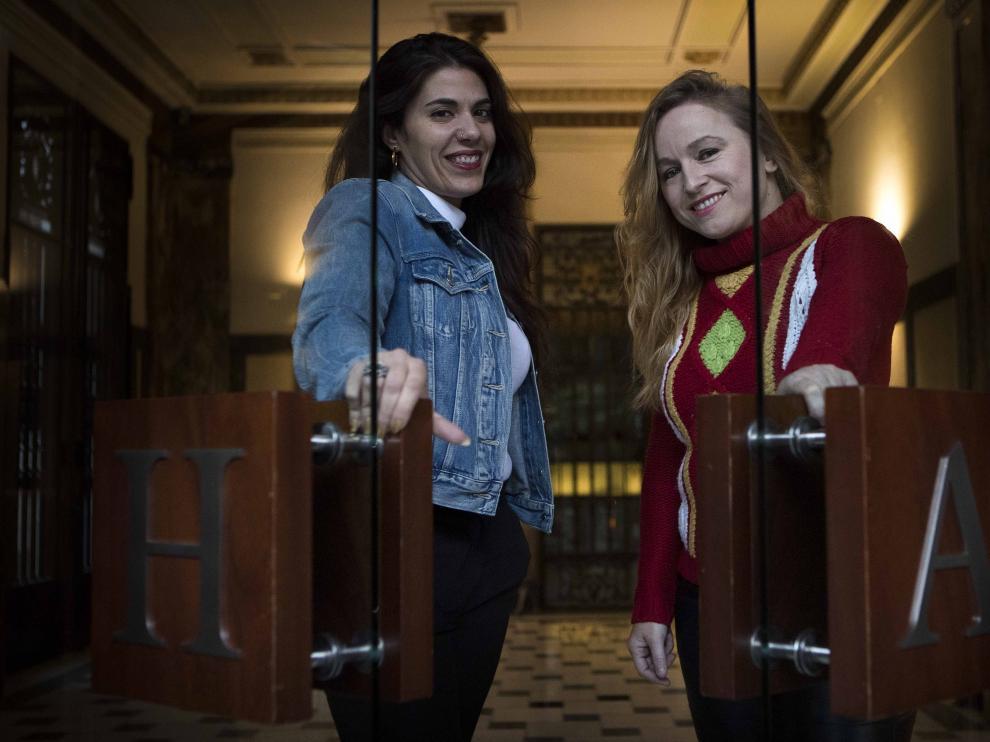 Las actrices Patricia Galván y Bianca Kovacs, ayer, en el hall de HERALDO