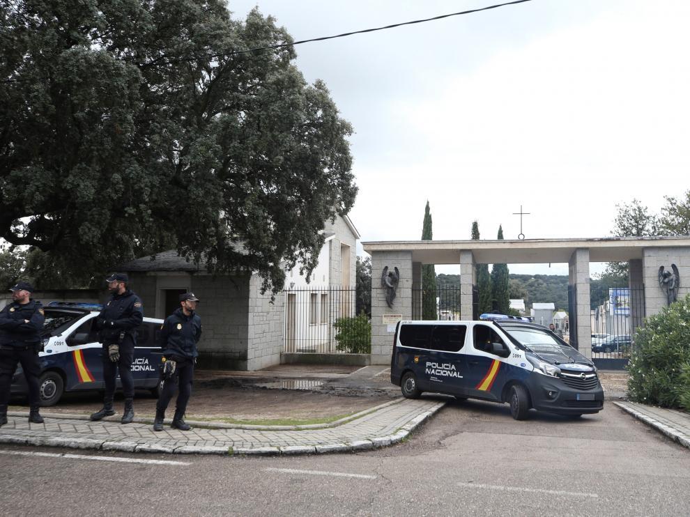 Agentes de la Policía Nacional custodian el cementerio de Mingorrubio-El Pardo.
