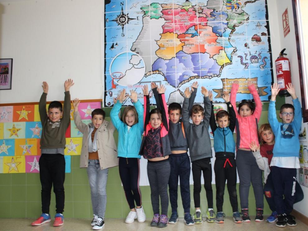 Alumnos del colegio Moncayo de Tarazona junto al mapa del proyecto 'El camino de PiEFcitos'.