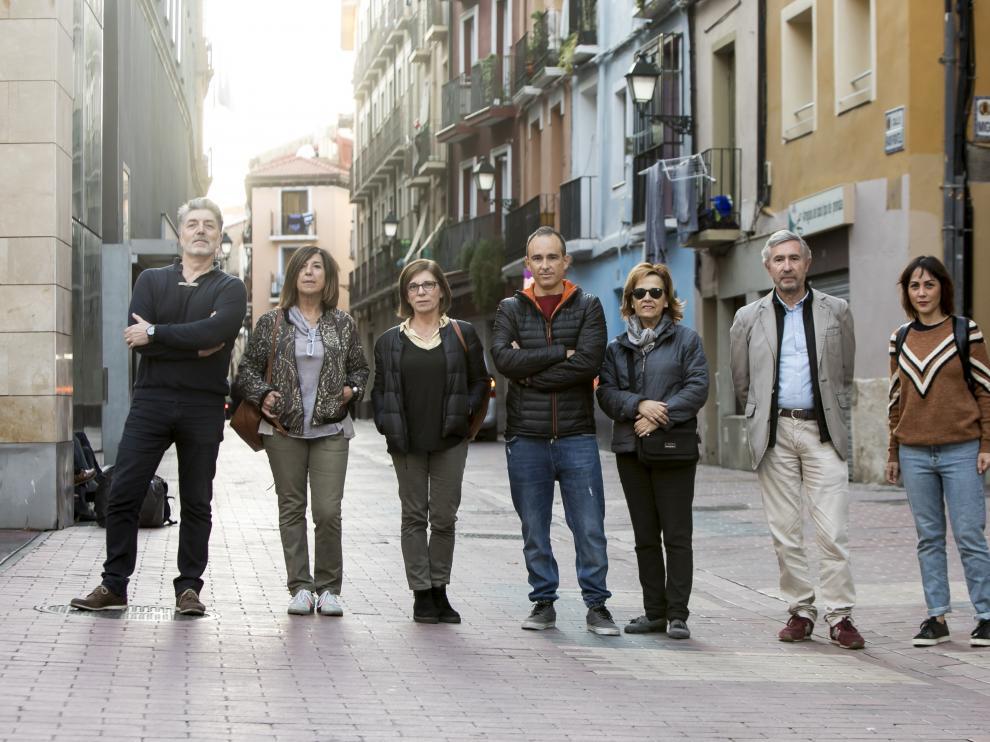 El presidente y los vocales de la nueva asociación Calles Dignas, ayer, en la calle de Pignatelli de Zaragoza.