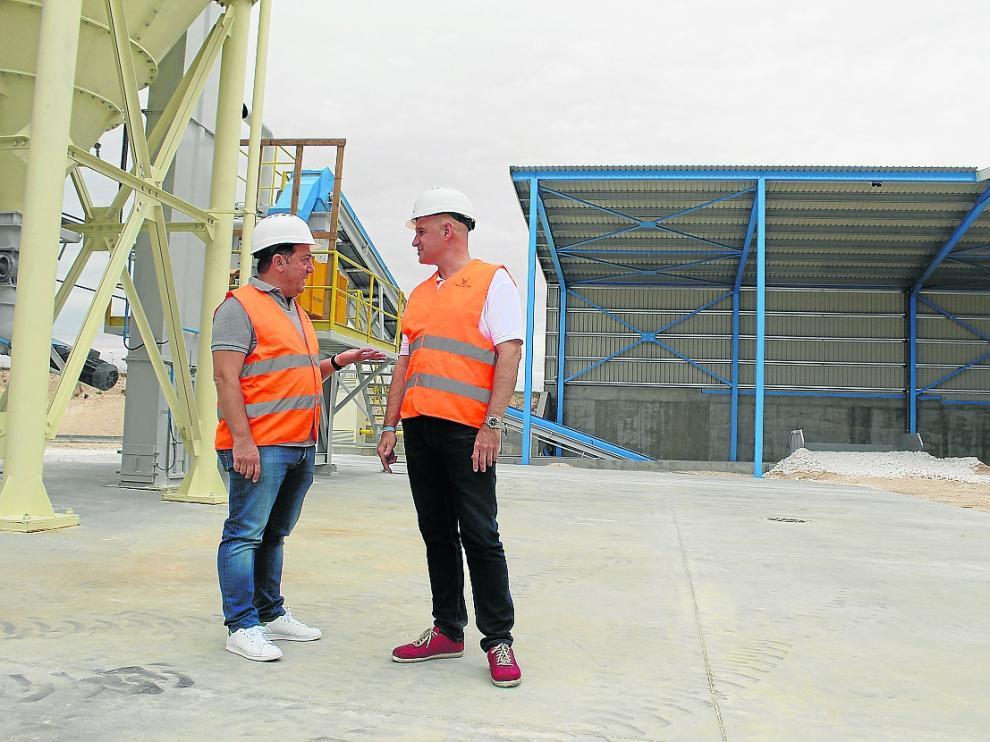 El director general, Erdem Kütükçü, y Fernando Montagud, de márquetin, en la planta.