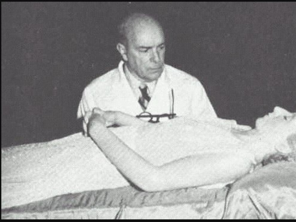 El embalsamador aragonés Pedro Ara, con el cadáver de Evita