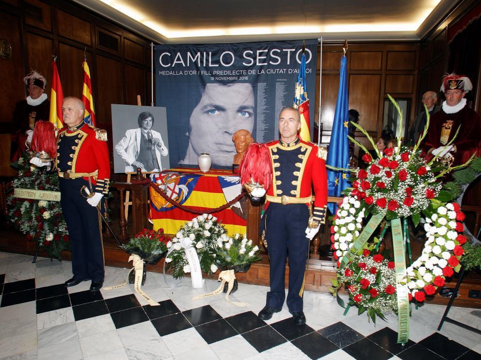 Capilla ardiente con las cenizas de Camilo Sesto en el salón de plenos del Ayuntamiento de Alcoy.
