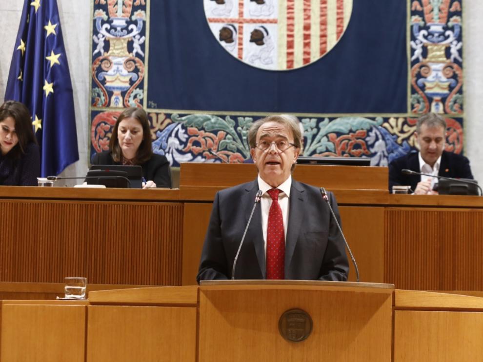 El consejero de Hacienda, Carlos Pérez Anadón, ha defendido el techo de gasto para 2020 ante el pleno de las Cortes, este jueves.