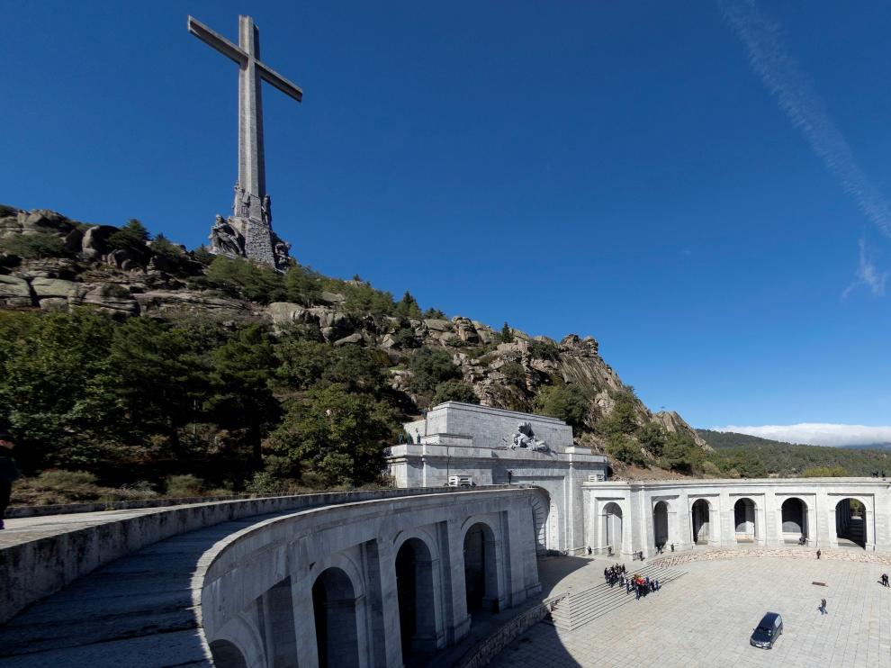 Relatives of late Spanish dictator Francisco Franco and operators carry the coffin after the exhumation at The Valle de los Caidos (The Valley of the Fallen) in San Lorenzo de El Escorial, Spain, October 24, 2019. Emilio Naranjo/Pool via REUTERS [[[REUTERS VOCENTO]]] SPAIN-POLITICS/FRANCO