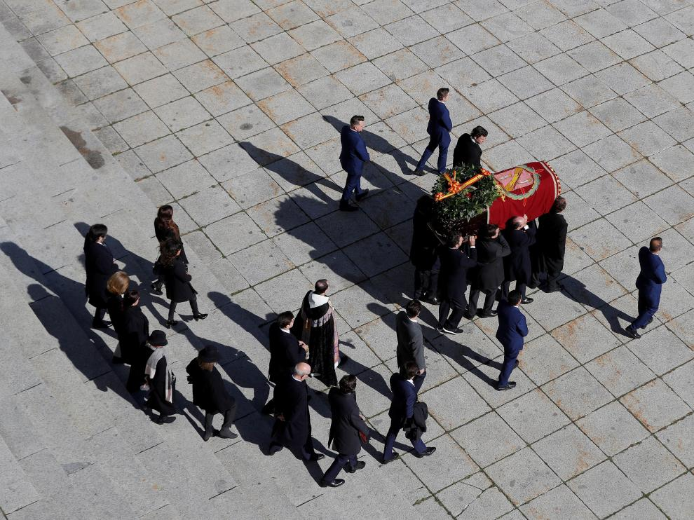 A hearse carrying the coffin with the remains of late Spanish dictator Francisco Franco arrives at Mingorrubio-El Pardo cemetery in Madrid, Spain, October 24, 2019. REUTERS/Susana Vera [[[REUTERS VOCENTO]]] SPAIN-POLITICS/FRANCO