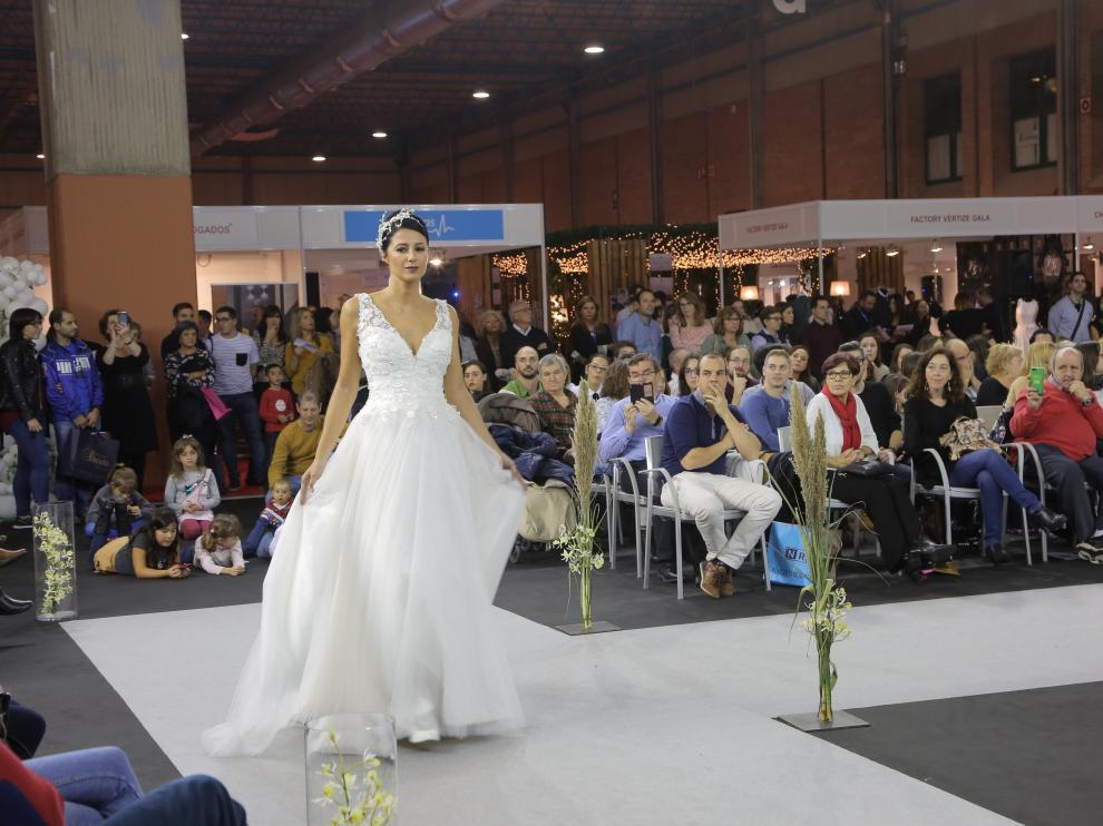Una de las modelos desfila con uno de los vestidos propuestos.