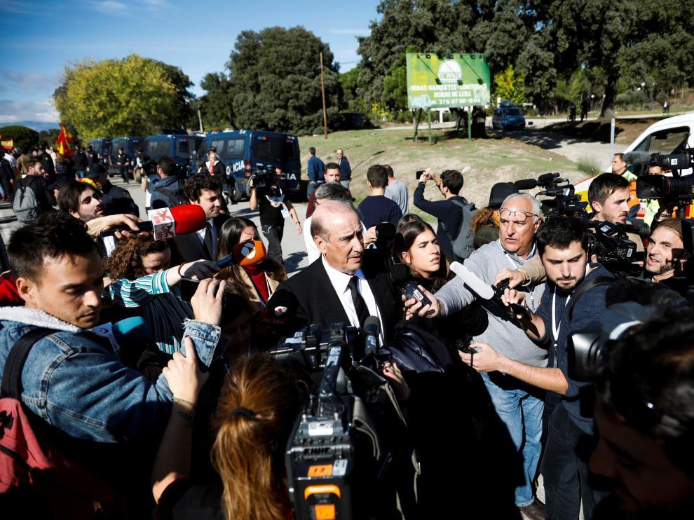 Francis Franco (d) atiende a los medios tras asistir a la exhumación.