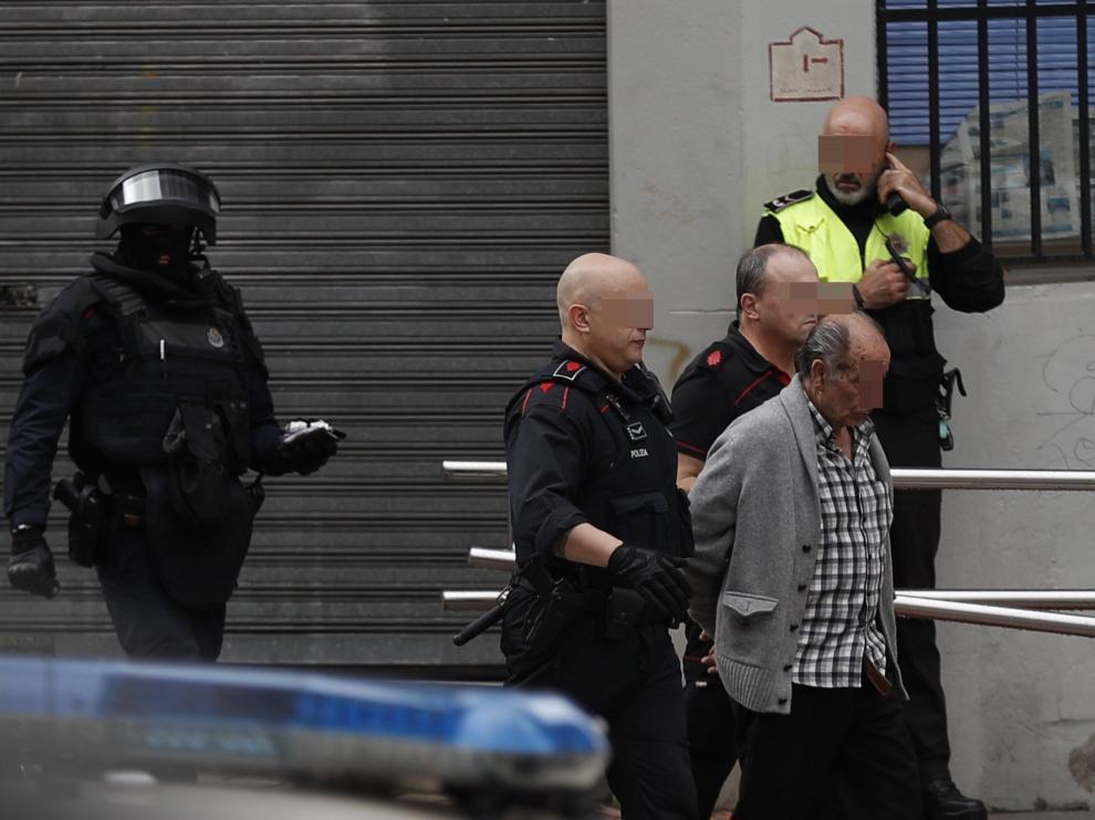 Los presuntos autores han sido detenido tras refugiarse en un piso cercano al lugar de los hechos en la calle Bruno Mauricio Zabala