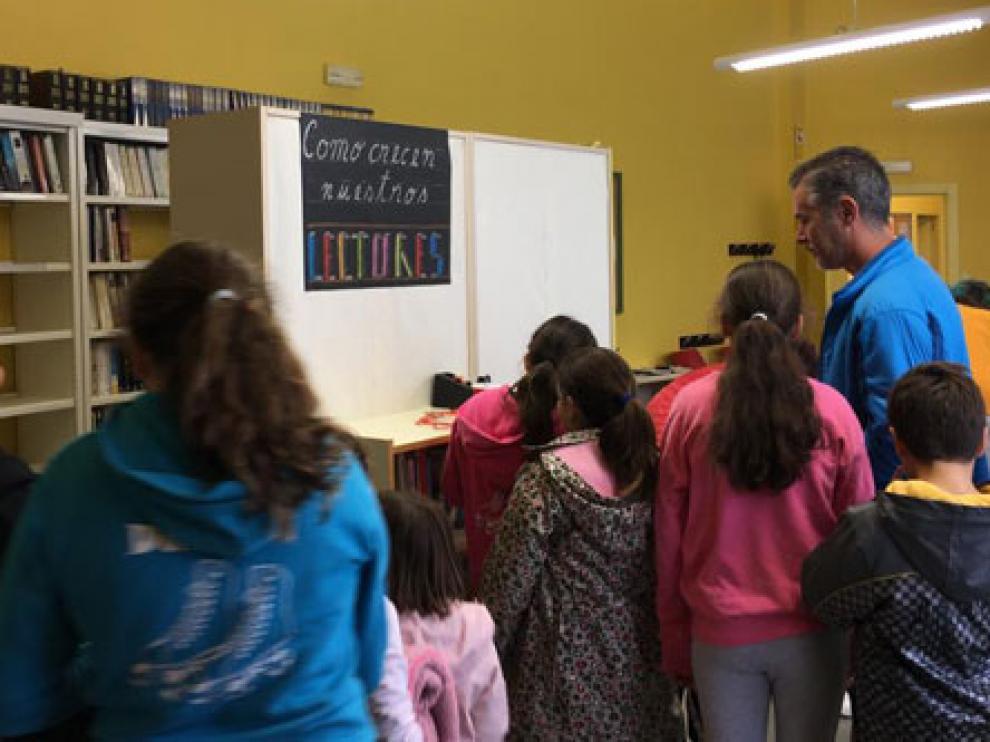 Niños del colegio de La Zaida, en el nuevo espacio de la biblioteca.
