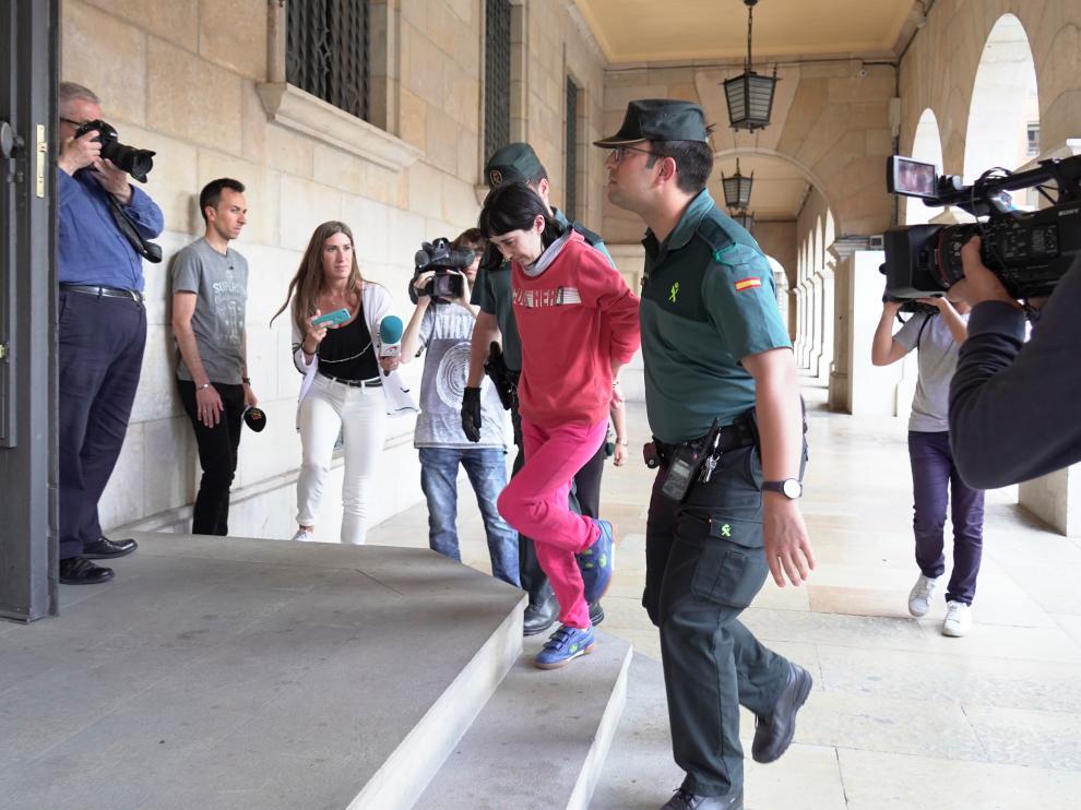 La hija de la mujer emparedada en Pozondón al ser conducida al juzgado.