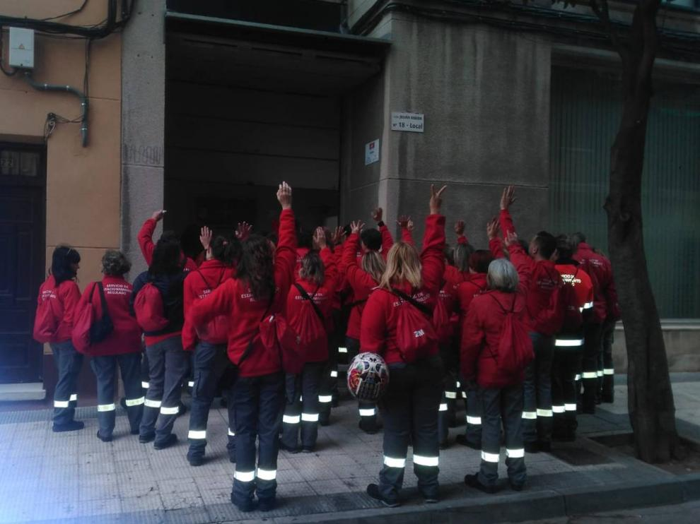 Los trabajadores de la zona azul se han concentrado este jueves a las puertas de la concesionaria Z+M.