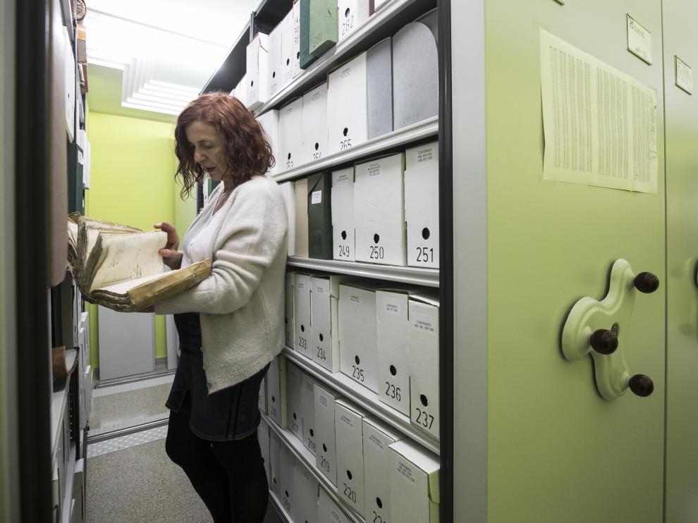Alicia Sánchez, jefa de la sección de Archivos de la institución provincial, deposita un libro.