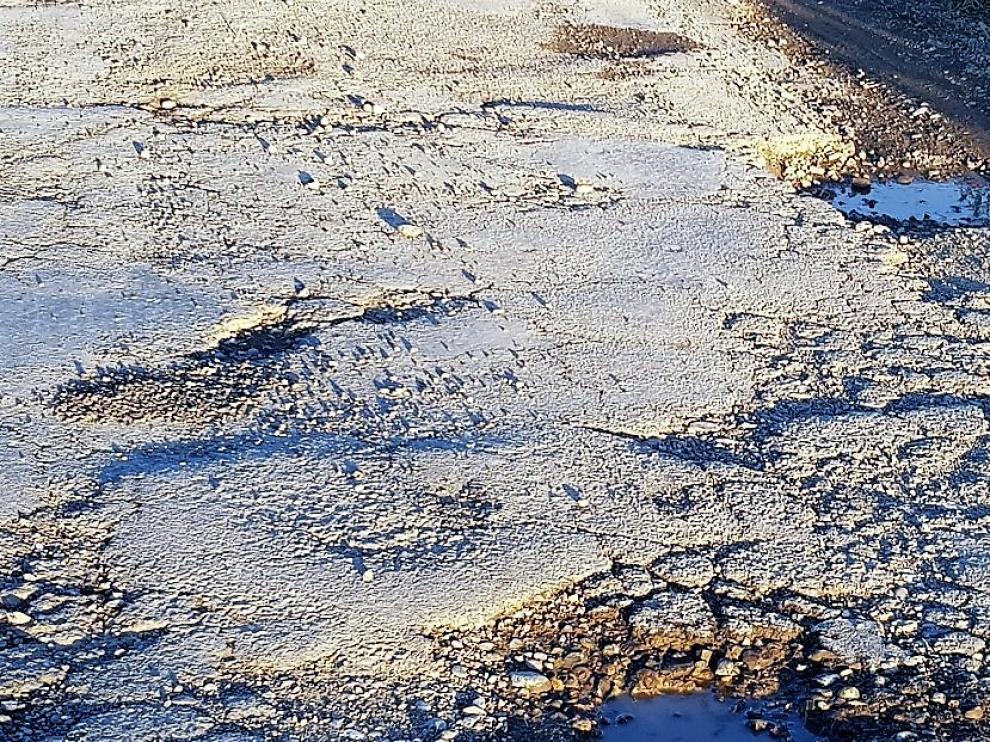 Denuncian el deterioro de la carretera, con baches y socavones.
