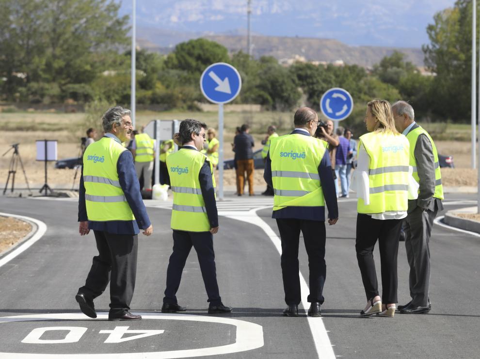 El presidente del Gobierno de Aragón, la consejera de Economía y el alcalde de Huesca pasean por el vial el 26 de septiembre