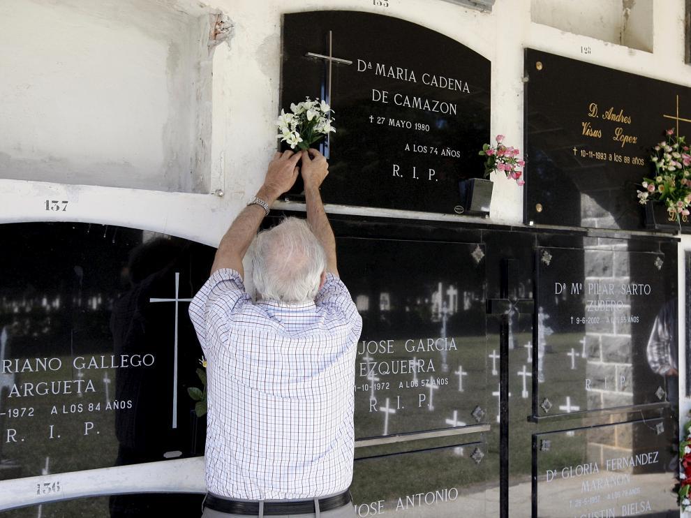 Luis Ballarín, ante el nicho de sus tíos María Cadena y Antonio Camazón, en el cementerio de Jaca.