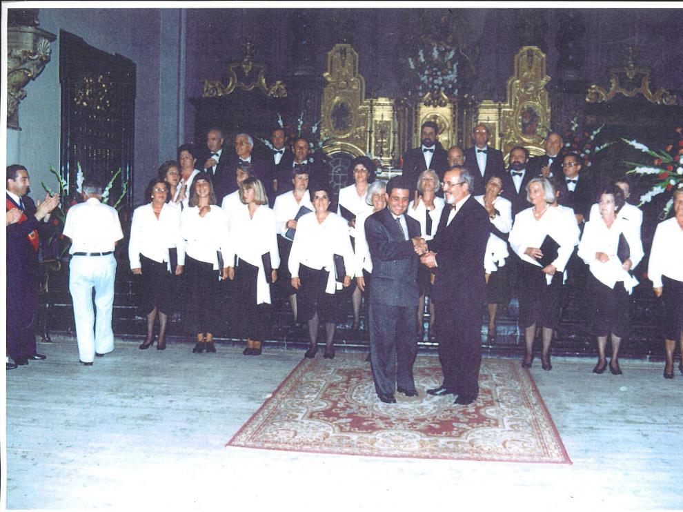 La formación original de la Coral Juan Briz tras una actuación.