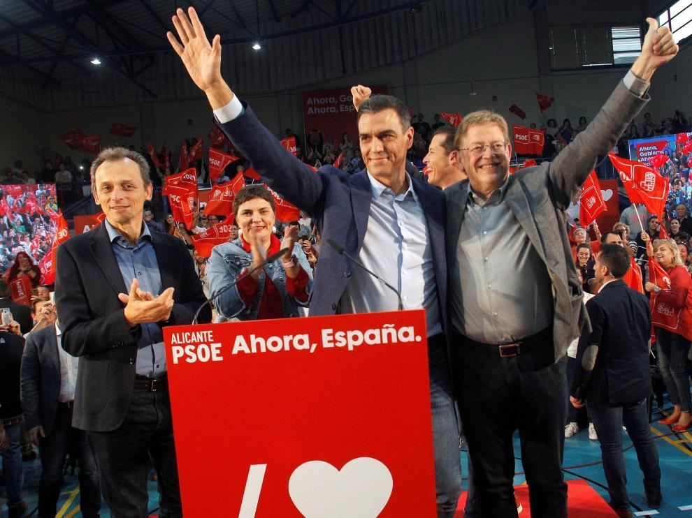 Pedro Duque, Pedro Sánchez y Ximo Puig, ayer en un acto del PSOE en Elda, Alicante
