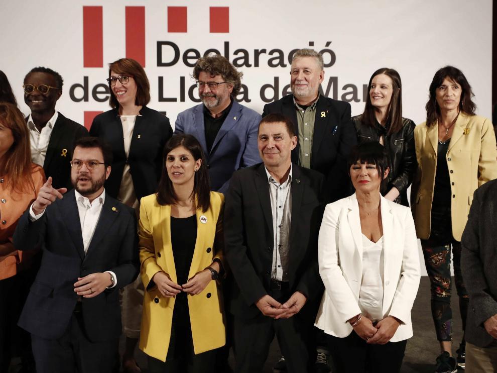 Representantes de los partidos nacionalistas tras la firma del manifiesto.