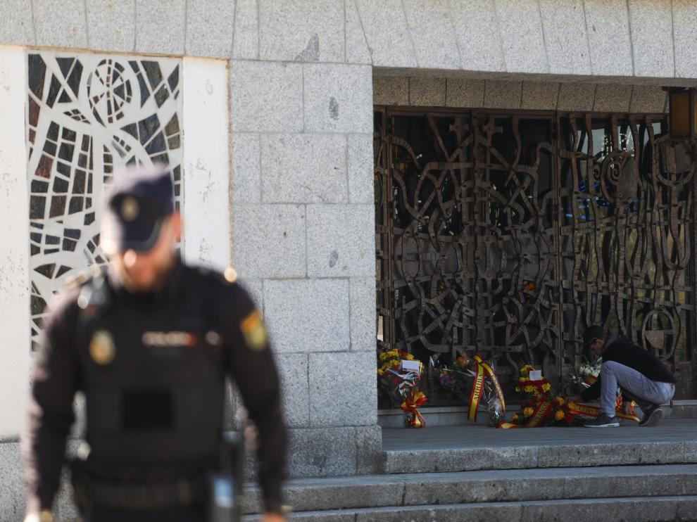 Un hombre deja flores ante el mausoleo que alberga los restos de Franco, en Mingorrubio.