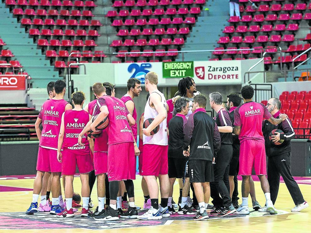 Los jugadores del Casademont, en un entrenamiento en el pabellón Príncipe Felipe.