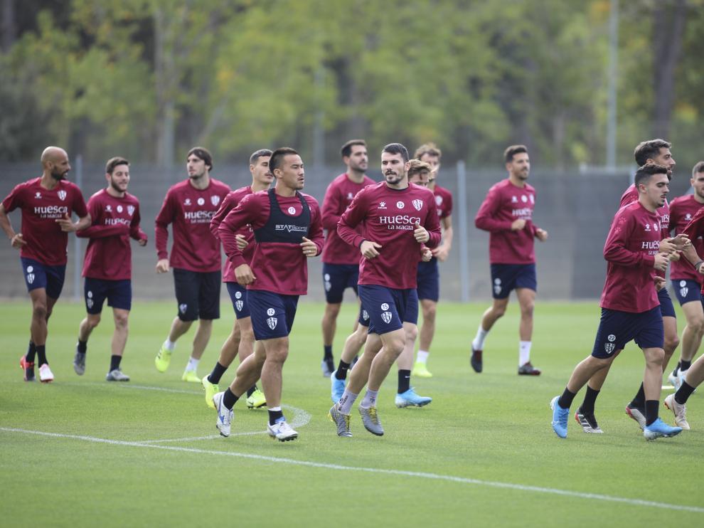 Los jugadores de la SD Huesca, durante un entrenamiento en el IES Pirámide.
