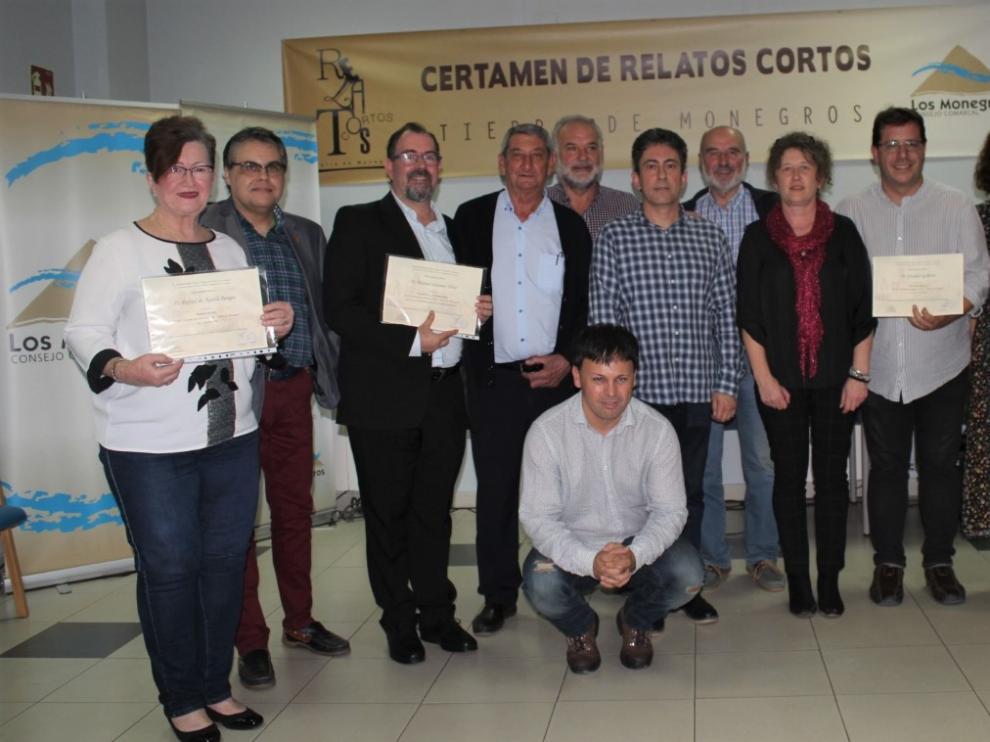 Foto de familia de los organizadores, el jurado y los premiados del XXI Certamen de Relato Corto 'Tierra de Monegros'.