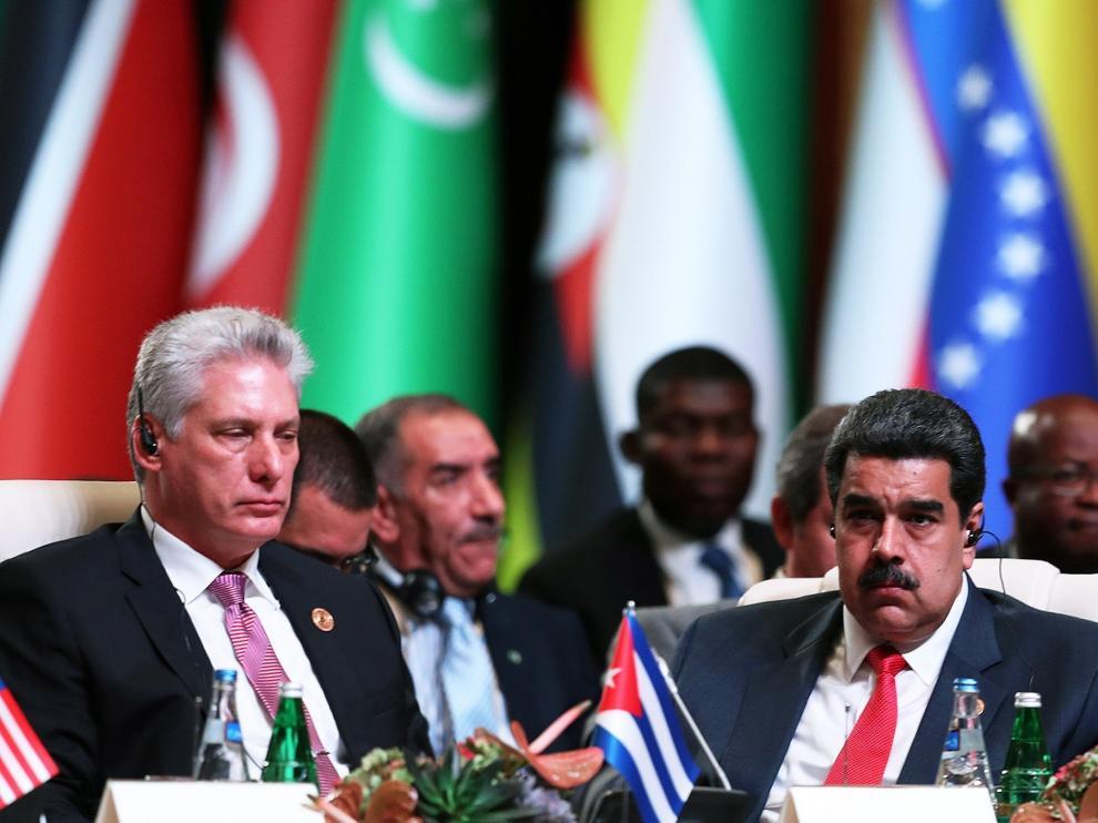 Nicolás Maduro, presidente de Venezuela (dcha.), durante la cumbre de la MNOAL.