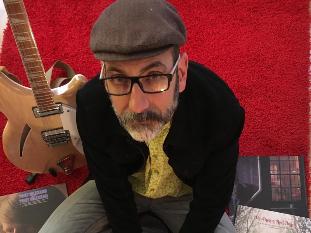 Pedro Vizcaíno, rodeado por algunos de los discos que ha editado.