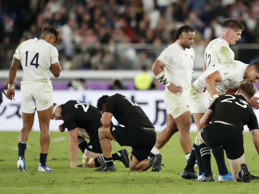Rugby Union - Rugby World Cup - Semi Final - England v New Zealand - International Stadium Yokohama, Yokohama, Japan - October 26, 2019 England's Henry Slade consoles New Zealand's Jordie Barrett after the match REUTERS/Issei Kato [[[REUTERS VOCENTO]]] RUGBY-UNION-WORLDCUP-ENG-NZL/