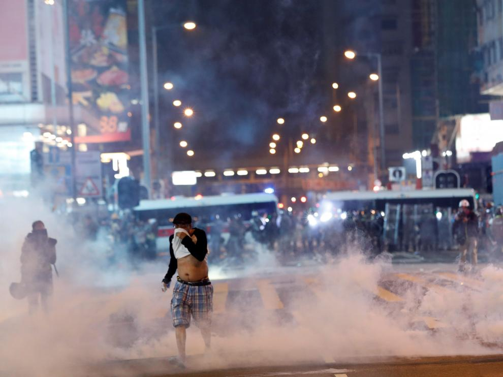 A man runs among the tear gas during a protest in Hong Kong's tourism district of Tsim Sha Tsui, China October 27, 2019. REUTERS/Kim Kyung-Hoon [[[REUTERS VOCENTO]]] HONGKONG-PROTESTS/