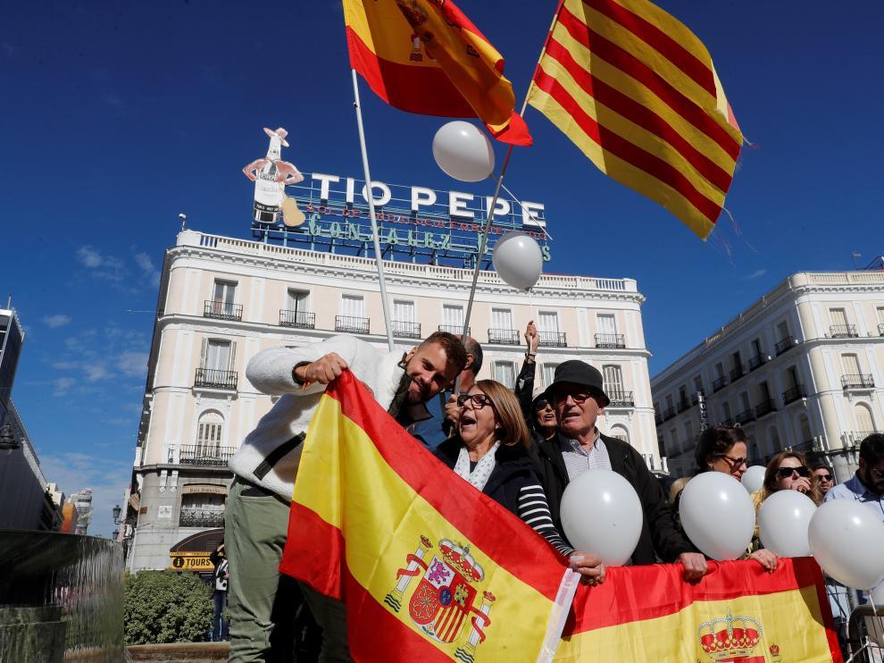 Centenares de madrileños muestran su solidaridad con Cataluña tras los disturbios.