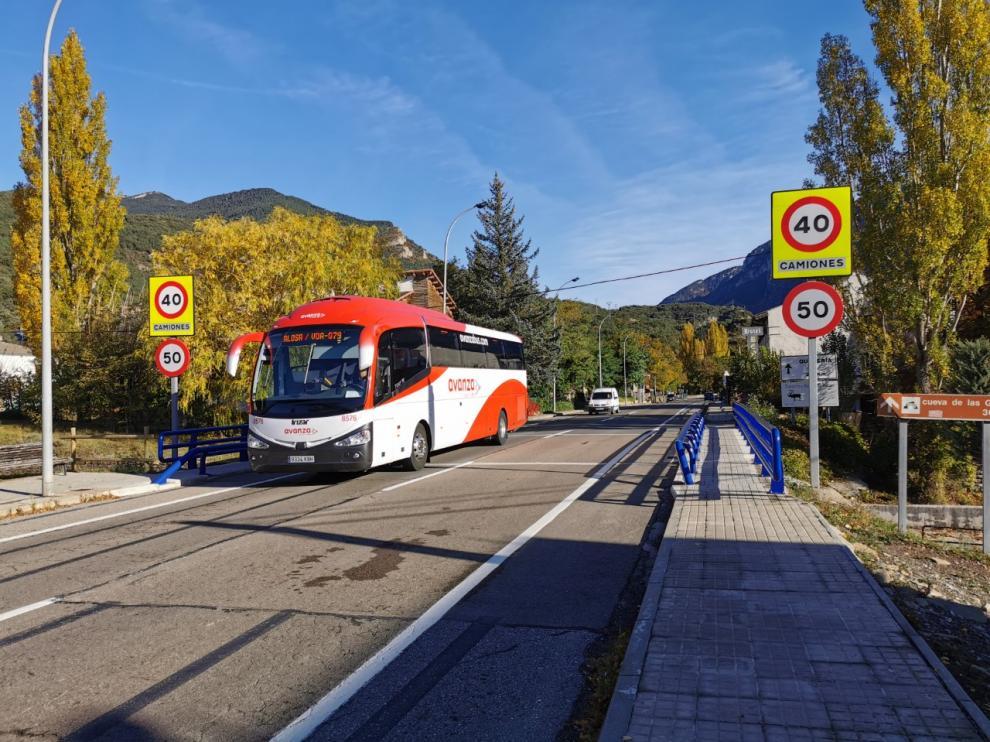 En la travesía de Villanúa hay limitaciones de velocidad especiales para los camiones.