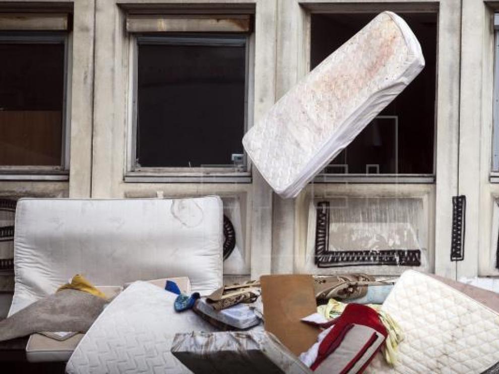 Imagen de archivo de varios colchones abandonados en una calle.
